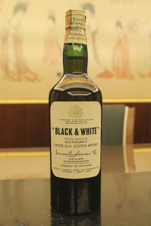 (現貨) Black & White blended whisky bottled 1960s 黑白狗 彈弓瓶 絕版老品 (760ml 43%)